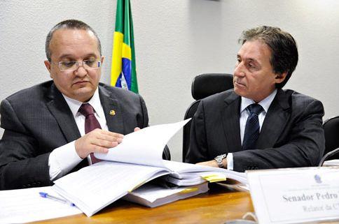 Eunício Oliveira (à direita) ao lado do então relator do novo Código Penal, senador Pedro Taques.