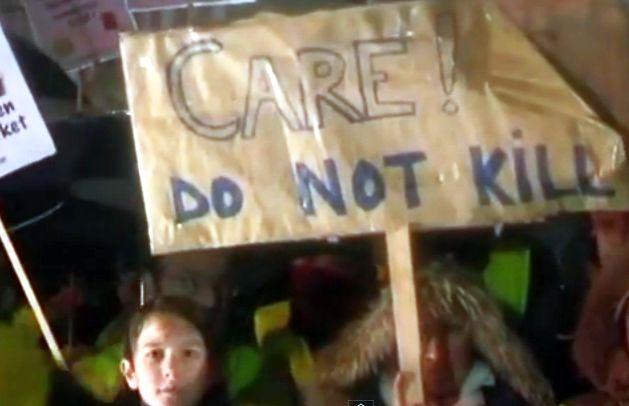 Imagem: crianças protestam contra lei que legaliza a eutanásia infantil na Bélgica (reprodução/YouTube).