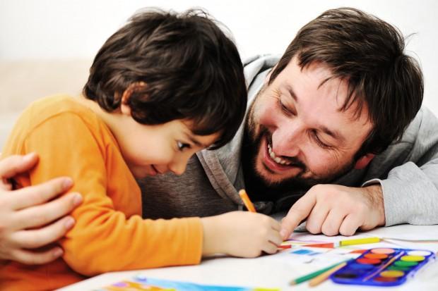 Pais devem ajudar, mas jamais fazer a lição de casa pelos filhos.