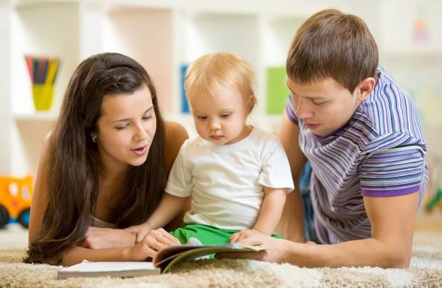 Casal de pais lê para seu filho bebê