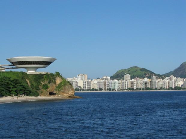 À esquerda, o Museu de Arte Contemporânea de Niterói (foto: Wikimidia)