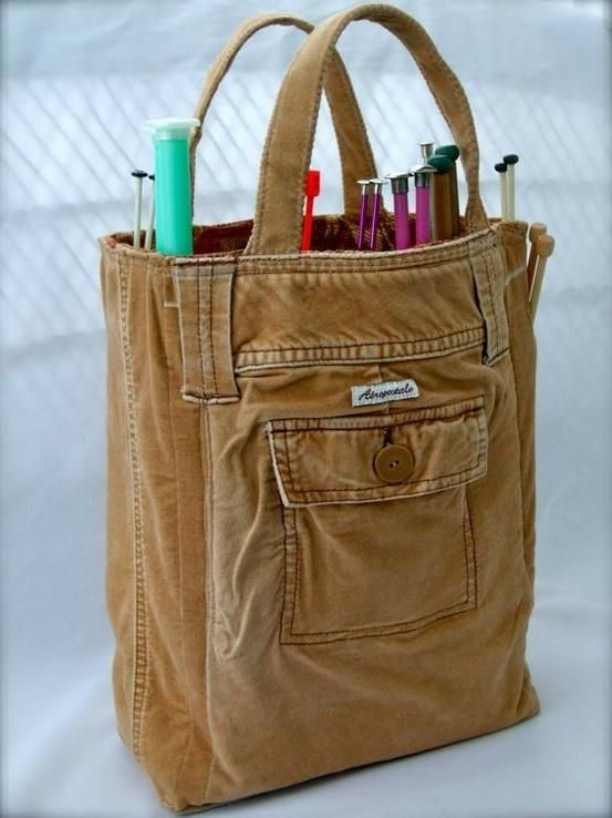E essa calça virou bolsa para levar agulhas de tricô. Crédito: Divulgação.