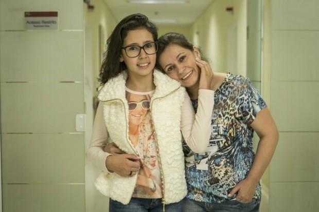 Kauanny e a mãe, Maria Lucia. Foto: Marcelo Andrade/Gazeta do Povo.