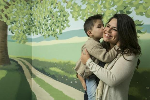 Noah e sua mãe, Camila de Brito. Foto: Marcelo Andrade/Gazeta do Povo.