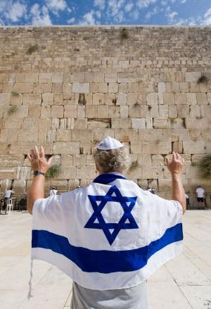 Judeu diante do Muro das Lamentações, em Jerusalém. (crédito: Bigstock)