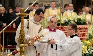 Círio Pascal é aceso durante a missa da Vigília Pascal celebrada no Vaticano.