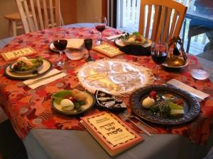 Mesa preparada para uma típica ceia judaica de Pessach.