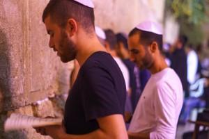 Homens judeus rezando diante do Muro das Lamentações, em Israel (crédito: Bigstock).
