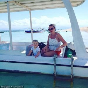Andando de barco nas águas da Indonésia.