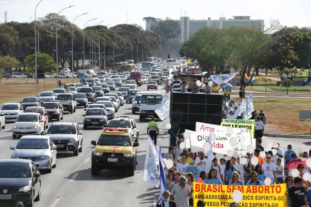 Brasília - A 9ª Marcha Nacional da Cidadania pela Vida e Contra o Aborto com o tema Quero Viver! Você me ajuda?. Os manifestantes caminharam da Torre de TV até o Congresso Nacional (Valter Campanato/Agência Brasil)