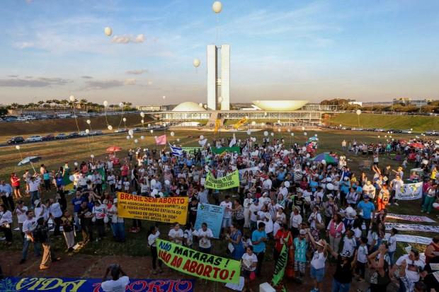 Manifestantes na 9ª Marcha Nacional da Cidadania pela Vida e Contra o Aborto (Valter Campanato/Agência Brasil)