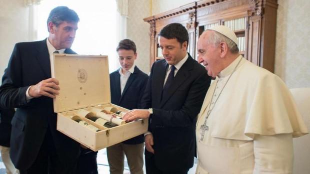 Em 2014, o primeiro-ministro da Itália, Matteo Renzi, levou garrafas de vinho de presente para o pontífice, em 2014. (foto: L'Oservatorio Romano)