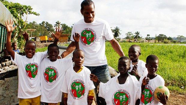 Didier Drogba e crianças atendidas por seu projeto (foto: divulgação)