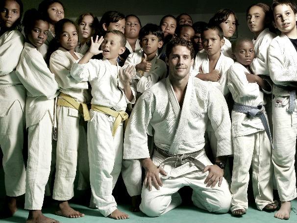 Flavio Canto e crianças atendidas por seu projeto (foto: divulgação)