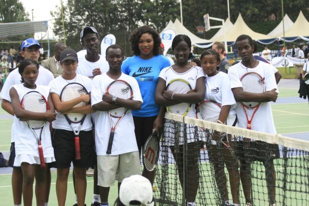 Serena Willians e jovens atendidos por seu projeto. (foto:divulgação)