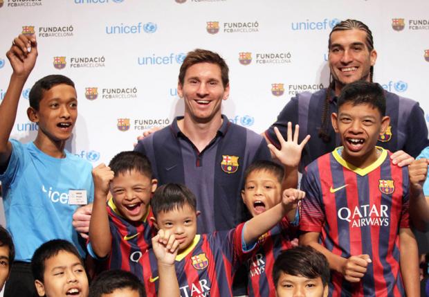 Messi e crianças atendidas por seu projeto (foto: divulgação)