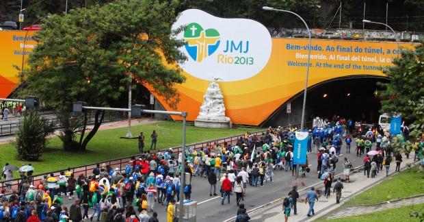 Peregrinos caminham para a missa de encerramento, em Copacabana, na JMJ de 2013 (foto: divulgação/Arquidiocese do Rio de Janeiro)