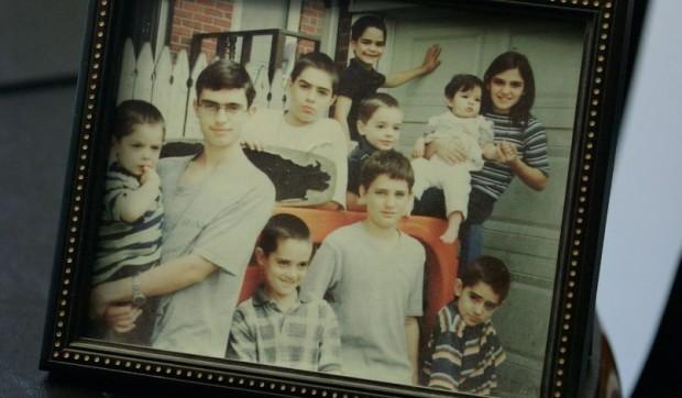 Estes 10 irmãos perderam o pai para o terrorismo e a mãe para o câncer, mas a fé os manteve unidos