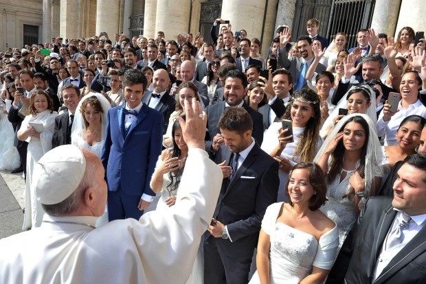 Papa Francisco abençoa grupo de recém-casados reunidos na Praça São Pedro, em setembro de 2015. (foto: L'Osservatore Romano)