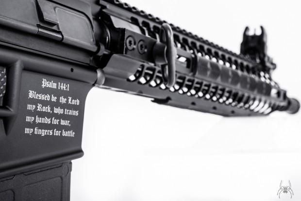 Empresa lança arma com trechos bíblicos para repelir seu uso por terroristas islâmicos