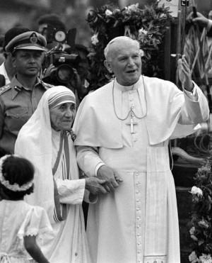 Madre Teresa e o papa João Paulo II, em 1986 (foto: Luciano Mellace/Reuters)