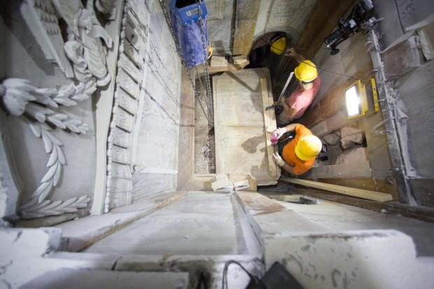 Grupo de pesquisadores retira a laje de mármore que cobre o túmulo de Jesus. Foto: National Geographic.