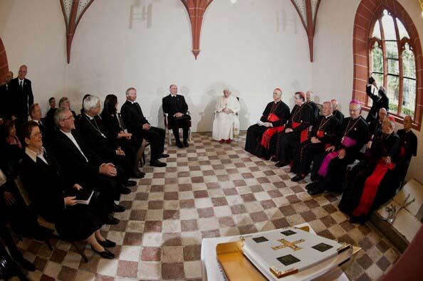 Bento XVI reunindo-se com líderes luteranos no convento onde viveu Lutero, em 2011.