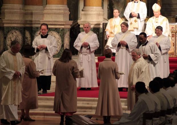 Na ordenação presbiteral de três ex-bispos anglicanos, em Londres, em 2011, as suas esposas lhe trazem as vestes sacerdotais.