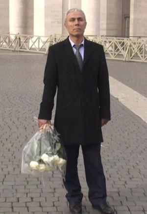 Agca levando flores ao túmulo do papa João Paulo II, em 2014.