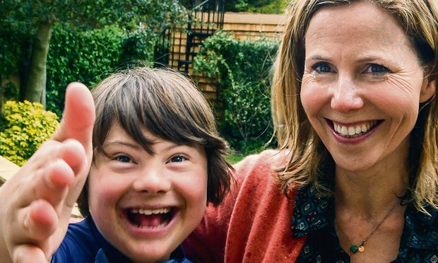 Sally Phillips e seu filho Ollie (foto: divulgação).
