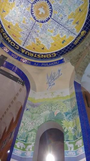 Novo revestimento interno da cúpula e parte da nova pintura no baldaquino (foto: divulgação).