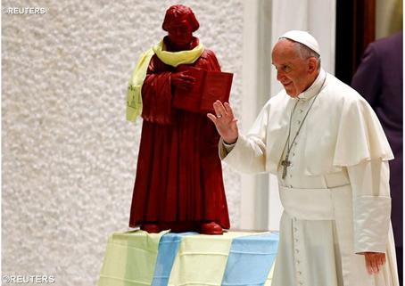 Uma estátua de Martinho Lutero adorna a Sala Paulo VI durante uma audiência do papa a luteranos, no último dia 13.