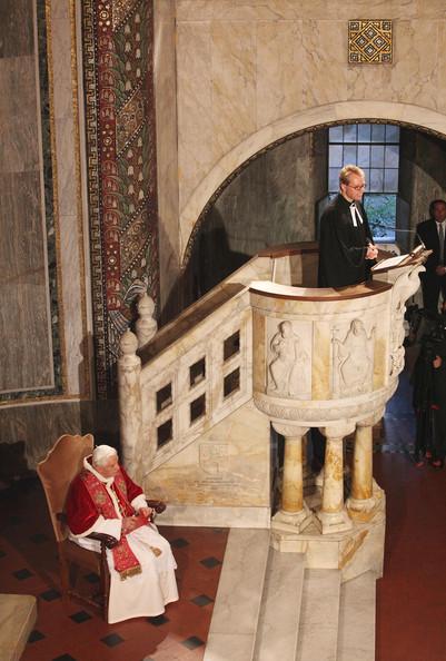 Em visita à Igreja Luterana de Roma em 2010, Bento XVI escuta a homilia do pastor da comunidade.