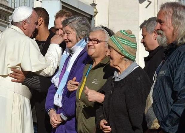 Papa Francisco com grupo de sem-teto de Roma, em 2015 (foto: L'Osservatore Romano).