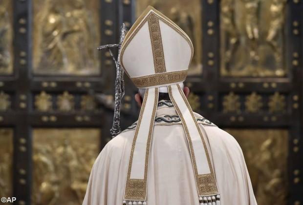 O papa diante da Porta Santa da Basílica de S. Pedro, fechada no dia 20 de novembro. Foto: AP.