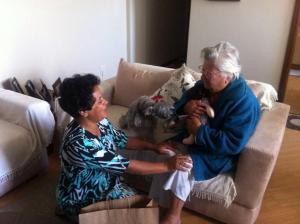 Marta entregando uma das bonecas a uma idosa.