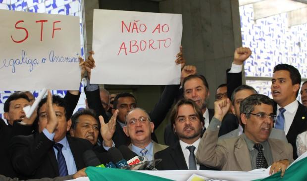 Parlamentares e assessores em ato de repúdio à decisão do STF (foto: divulgação).