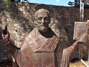 Estátua dedicada à São Nicolau numa igreja ortodoxa da cidade russa de Demre (foto: Wikimedia Commons)