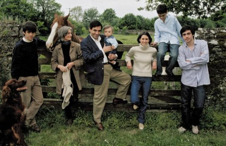 Fillon, sua esposa e filhos, na propriedade rural da família, em Solesmes. A foto é de maio de 2002 e foi publicada na revista francesa Match Paris.
