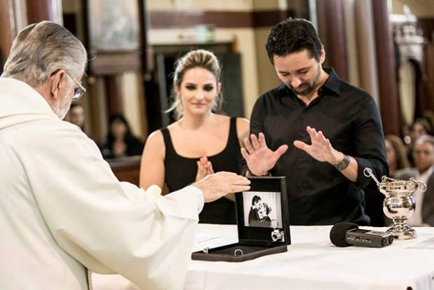 O padre abençoou as alianças dos fotógrafos