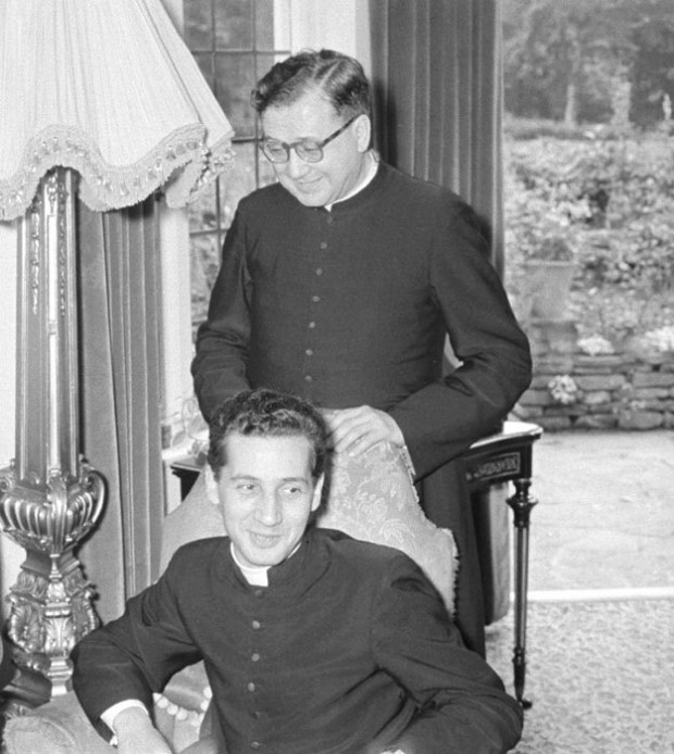Echevarría foi secretário de Escrivá - na foto, de pé - por 22 anos. Foto: Divulgação/Opus Dei
