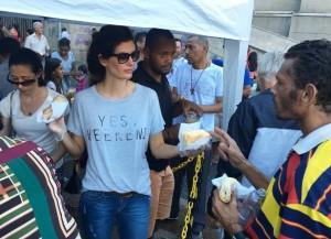 Isabella participando da distribuição de sanduíches a moradores de rua, em frente à Catedral da Sé, em São Paulo (foto: Instagram/Isabella Fiorentino)