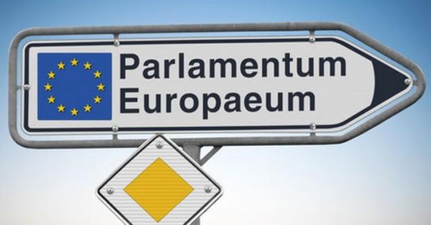 Placa indicando encontro do Parlamento Europeu, escrita em latim.