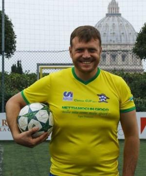 O padre Neimar é um dos craques do time brasileiro que acaba de vencer o Vaticano (foto: divulgação/Facebook/Clericus Cup)