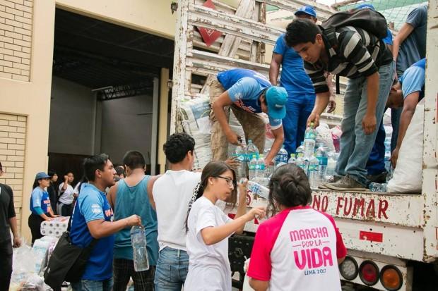 No Peru, voluntários que trabalhariam na Marcha pela Vida recolheram doações para os afetados pelos desastres naturais que assolaram o país. Foto: Marcha por la Vida