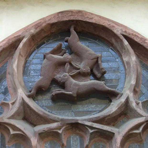 Janela com três coelhos na Catedral de Paderborn, do século XIII, na Alemanha.