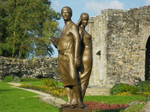 Estátua de Heloísa e Abelardo feita pelos escultores Sylviane Courgeau e Bilal Hassan, no campo histórico de Sainte-Anne, em Pallet.
