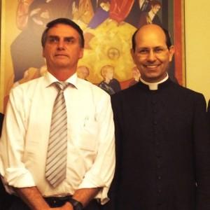 Jair Bolsonaro ao lado do padre Paulo Ricardo de Azevedo Júnior, famoso no meio católico por pregações e cursos online (foto: Facebook/Jair Bolsonaro).