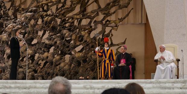 Maria Helena, em discurso ao papa Francisco, no Vaticano (foto: divulgação)