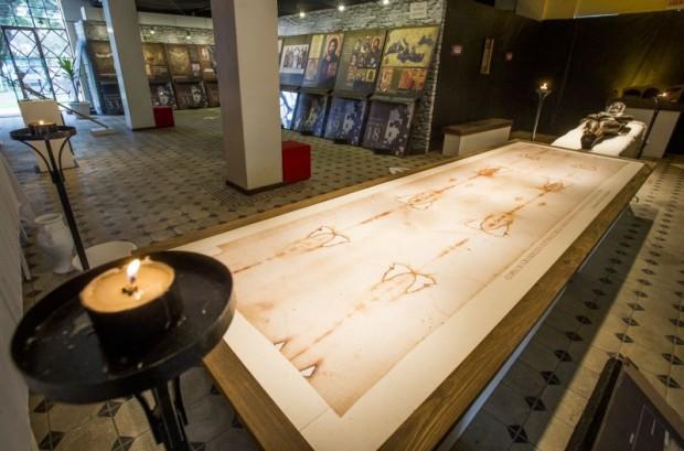 A exposição conta com uma réplica do Sudário em tamanho real, além de painéis expositivos e réplicas de objetos relacionados ao homem do Sudário. Foto: Hugo Harada/Gazeta do Povo